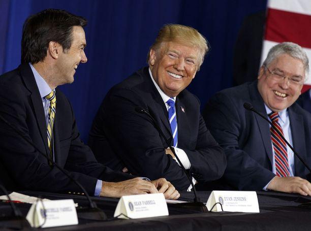 Donald Trump (kesk.) haluaisi, että Evan Jenkins (vas.) tai Patrick Morrisey olisi republikaanien ehdokas ensi marraskuun senaatinvaaleissa.