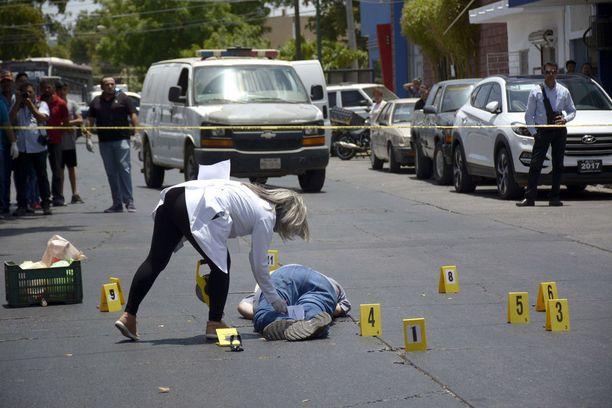 Rikostutkijat tutkivat kadulle ammutun toimittajan Javier Valdezin ruumista Meksikon Culiacanissa toukokuussa.