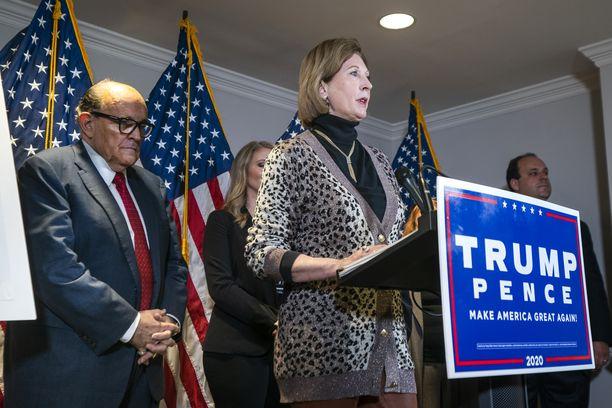 Asianajaja Sidney Powell (kesk.) puhui Trumpin lakikampanjan tiedotustilaisuudessa torstaina.