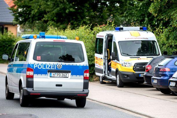 Poliisi tutki rikospaikkaa maanantaina. Illalla poliisi ilmoitti kiinniotosta.