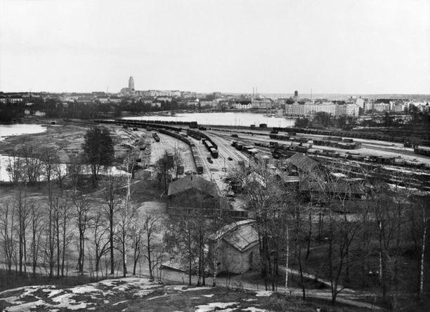 Näkymät Kansallismuseon tornista 1920-luvulla. Kuvassa näkyy Hesperian puiston kenttä ja Töölön ratapiha.