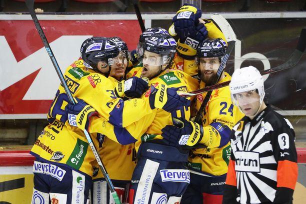 Lukko juhlii Eetu Koivistoisen 1-0-maalia.