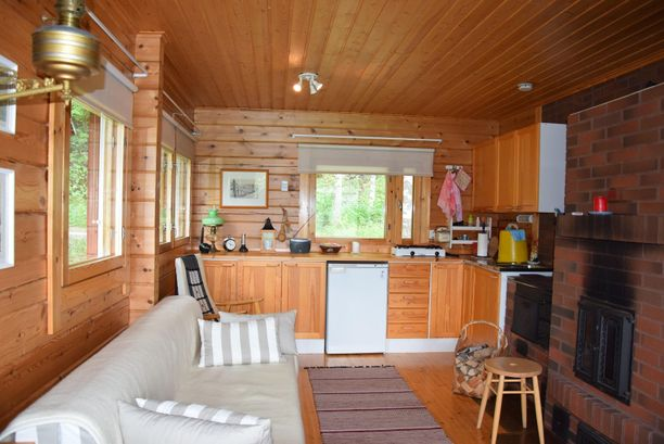 Tuvassa varaava takka ja keittiössä puuliesi. Asuintilojen pinta-ala on 29.5 neliötä. Mökistä pyydetään 49 000 euroa.