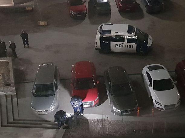 Poliisilla oli iso operaatio Helsingin Sompasaaressa Kaljaasi Auroran kujalla.