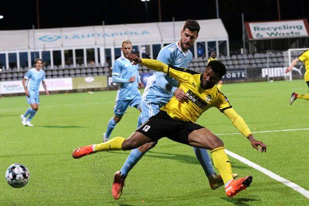 Aniekpeno Udoh (etualalla) teki KuPS:n viime hetken tasoitusmaalin torstaina Slovan Bratislavaa vastaan.