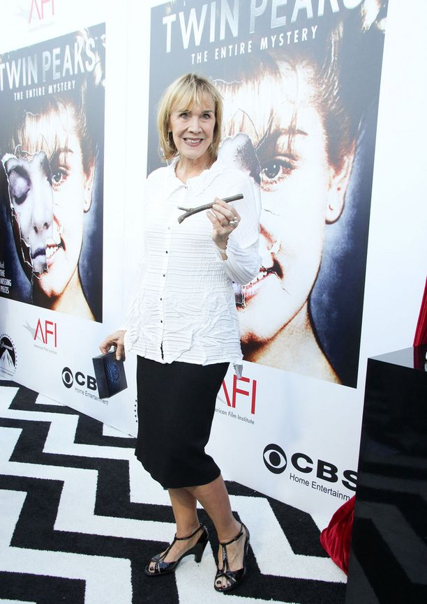 Catherine E. Coulson näytteli Twin Peaksissa mysteeristä naista, joka kantoi halkoa sylissään.