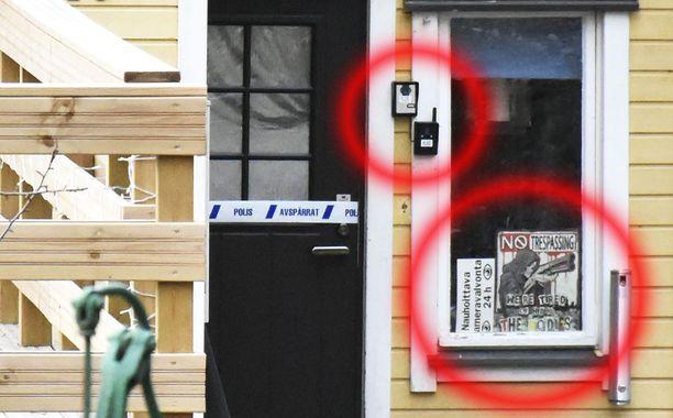 Talon sisäänkäynnin pielessä on kaksi ovikameraa. Ikkunakyltit varoittavat tallentavasta kameravalvonnasta.