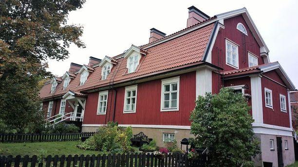 Porissa sijaitseva mansardikattoinen rivitalo on alunperin rakennettu vuonna 1924.