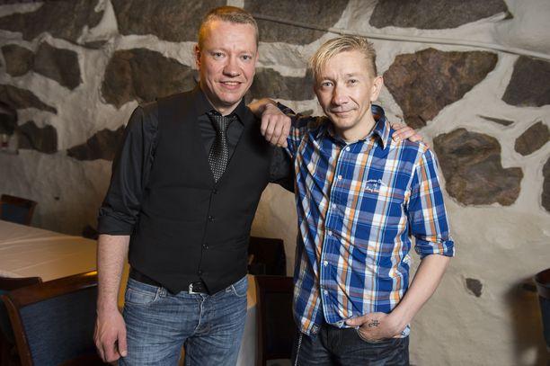 Veljekset Matti ja Simo Silmu poseerasivat yhteiskuvassa keikkansa yhteydessä vuonna 2014. Samana vuonna alkoivat rahariidat, joita setvitään nyt käräjillä.
