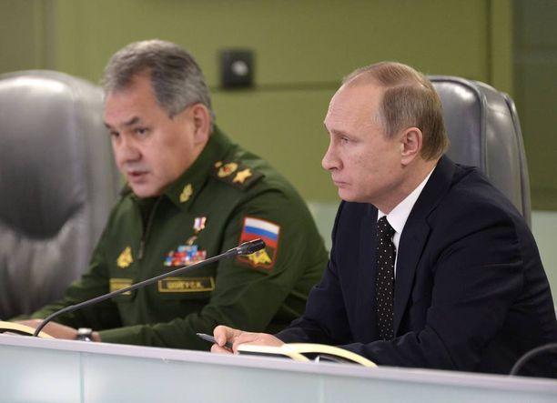 Puolustusministeri Sergei Shoigu (vas.) ja Vladimir Putin ovat keskustelleet joukkojen vetämisestä Syyriasta.