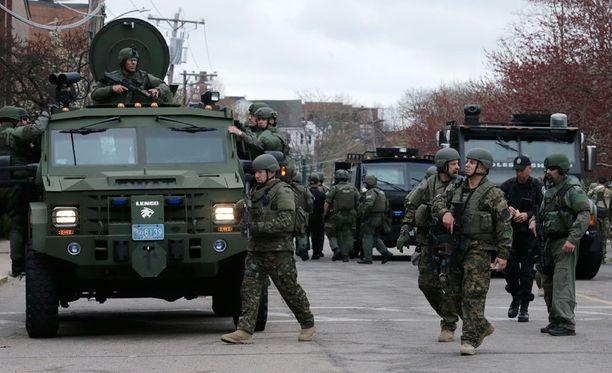 Pommi-iskut käynnistivät Bostonissa valtaisan ihmisjahdin, johon osallistui paikallisen poliisin lisäksi muun muassa FBI sekä kansalliskaarti.