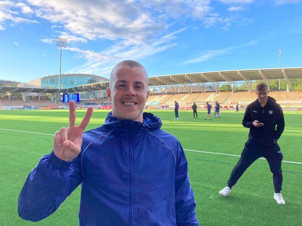 The Winner Takes It All. Roope Riski (vas.) ja HJK juhlivat Hakaa ja Eero Markkasta vastaan.