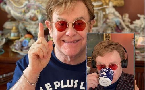 Torille! Elton Johnilla bongattiin Marimekon muki – sinivalkoinen kuppi kiinnitti huomion