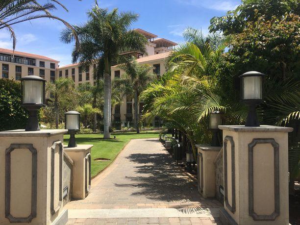 Vihreää ja vehreää. Hotellin puistomaiset piha-alueet ihastuttavat.