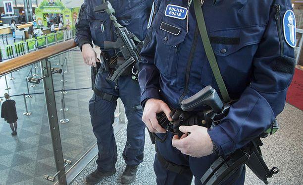 Poliisimiehet ovat varustautuneet Saaristomeren etsinnöissä jopa konepistoolein. Kuvituskuva.