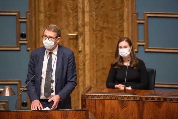 Valtiovarainministeri Matti Vanhanen (kesk) ja pääministeri Sanna Marin (sd) eduskunnan täysistunnossa 30.9.2020.