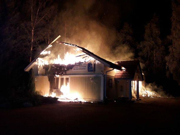 Palokunnan päästessä paikalle, oli rakennus jo täyden palon vaiheessa.