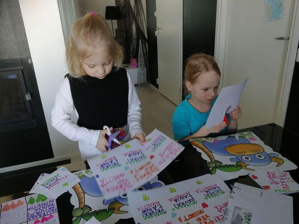 Oululaistyttöjen positiivisuuskampanja poiki palkinnoksi karkkipussit - ja hyvää mieltä kriisin keskelle.