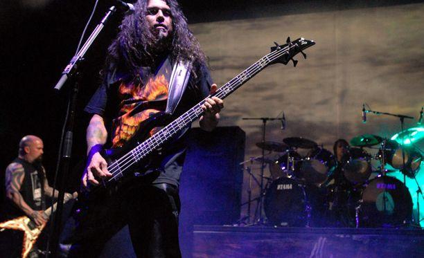 Kerry King, Tom Araya ja Dave Lombardo saavaat kokeneen sijaiskitaristin.