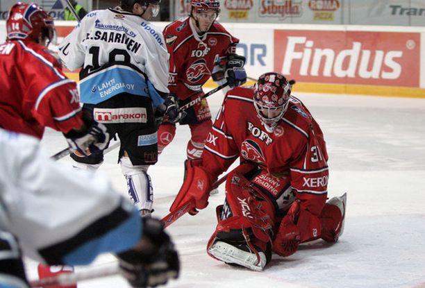 Jan Lundell torjuu HIFK:n maalilla pelicansin Janne Saarisen ahdistelut.