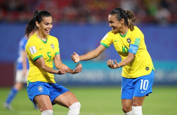Marta (oikealla) laukoi Brasilialle 1-0-voiton Italiasta.