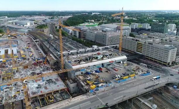 Tältä Pasilan aseman purkutyöt näyttivät heinäkuussa 2017. Rakennusyhtiön tviittaama tuore kuva osoittaa, että asema on nyt saatu purettua kokonaan.