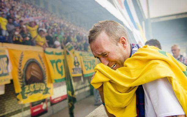 Fernando Ricksen kiitti kannattajia Sittardissa järjestetyssä hyväntekeväisyysottelussa vuonna 2014.