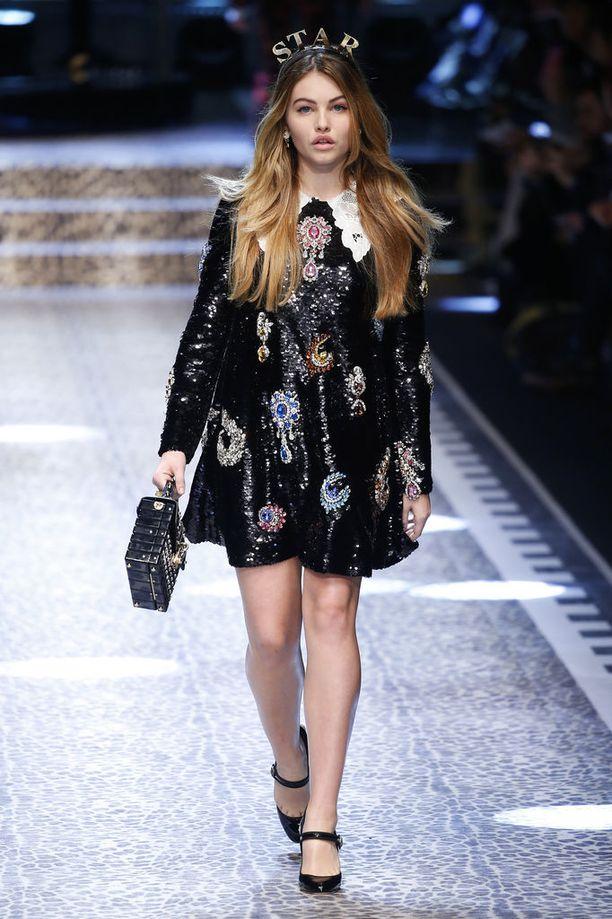 Thylane Blondeau mallina Dolce & Gabbanan näytöksessä syksyllä 2017.