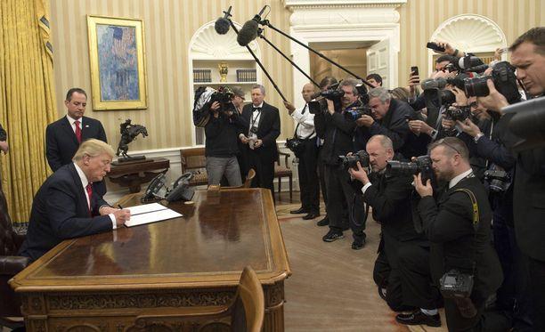Virkahuoneessaan Donald Trump vahvisti saman tien allekirjoituksillaan James Mattisin valinnan puolustusministeriksi ja John Kellyn valinnan kotimaan turvallisuudesta vastaavaksi ministeriksi.