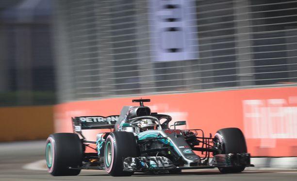 Lewis Hamilton vauhdissa Singaporen radalla.