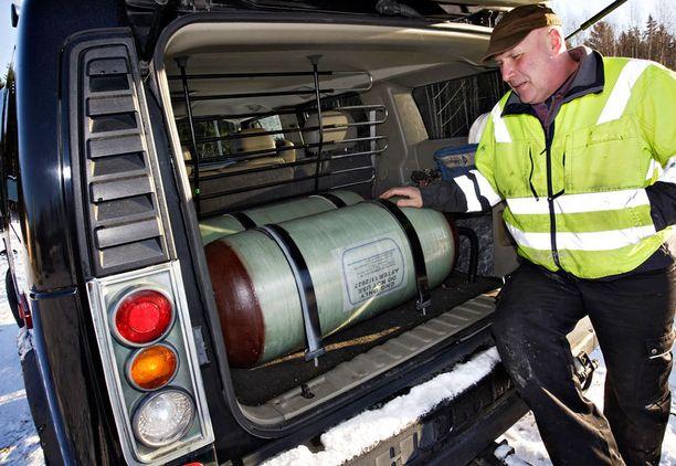Ekoauton takakontissa on kaksi komposiitista tehtyä sadan kilon biokaasupulloa.