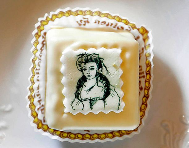 Valkea rouva -leivosten kuvat on suunnitellut taiteilija Johanna Oras.