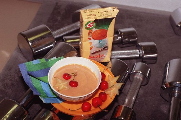 Kirsikkaa ja karambolaa jogurtissa. Tätä Iltalehti suositteli kuntoilijan välipalaksi 1990-luvulla.