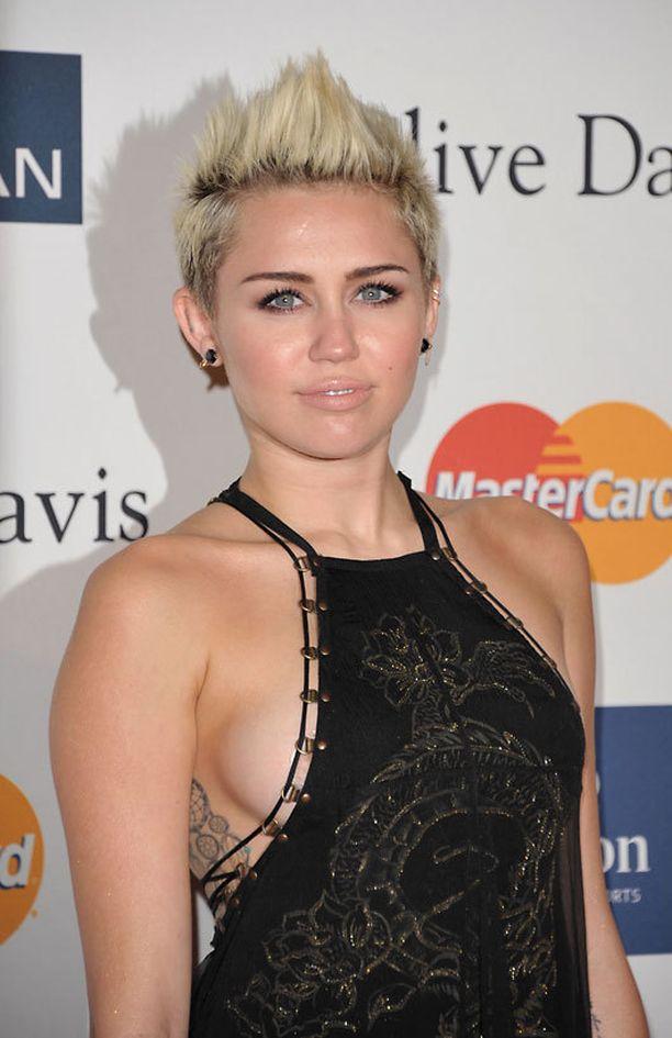 Jännityksellä odotamme, vilautteleeko Miley myös itse Grammy-gaalassa.