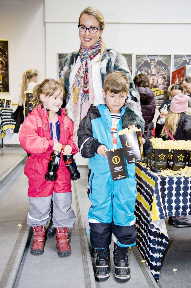 Noora Karma saapui katsomaan Soppalinnan salaseura -elokuvaa lastensa Lolan ja Gabrielin kanssa.