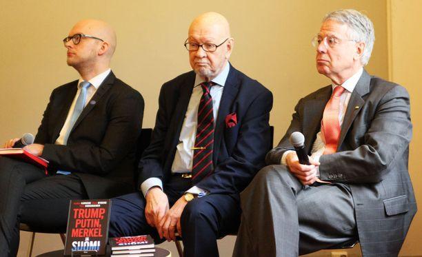 Diplomaatit Petri Hakkarainen, Jaakko Iloniemi ja René Nyberg kirjoittivat yhdessä kirjan Trump, Putin, Merkel ja Suomi, joka julkaistiin Helsingissä torstaina.