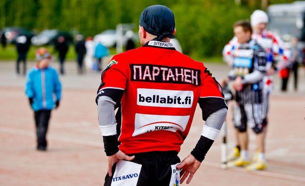 Sami Partasen sukunimi on pelipaidassa venäjäksi.