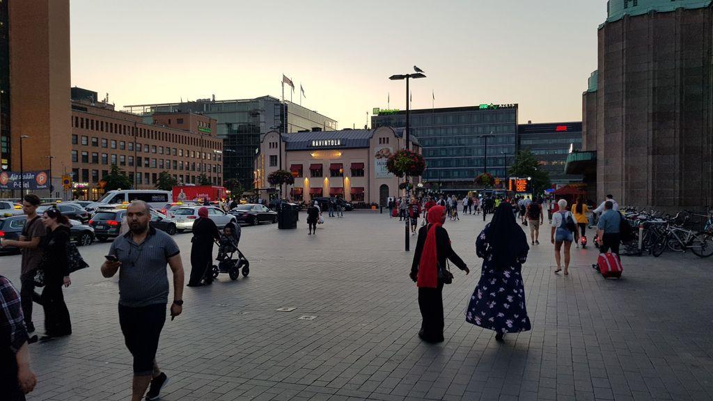 Ennen. Tältä Elielinaukiolla näytti, kun aurinko laski Helsingissä kello 22.25.