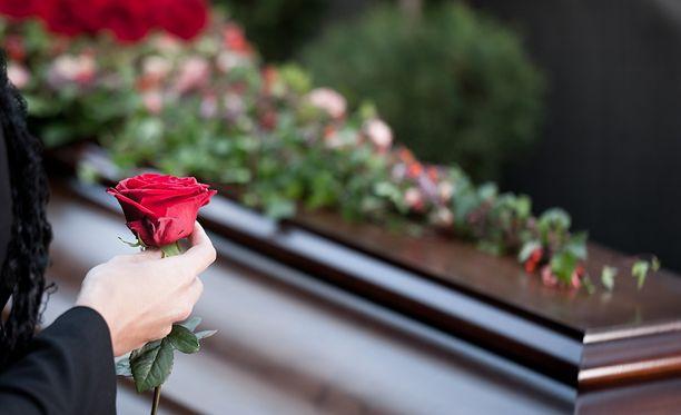 Perheen 20-vuotias poika käveli omaan muistotilaisuuteensa.