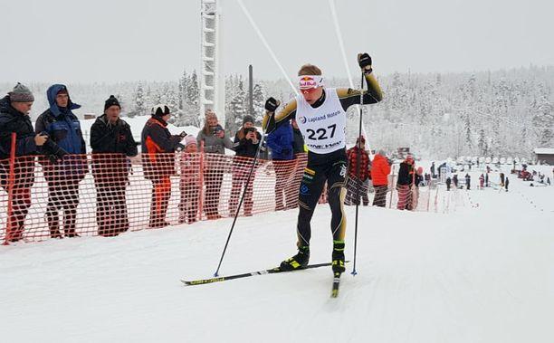 Iivo Niskanen myllytti kuokkahiihtoa sunnuntaina Oloksen tykkikisoissa.