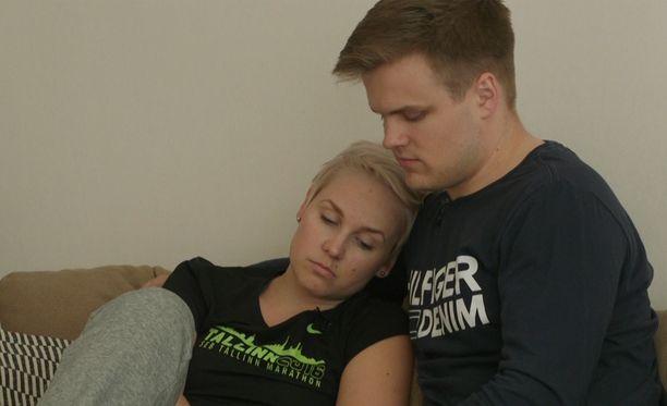 Rosan ja Eetun suhde lähti liikkeelle siirappisesti, mutta nyt on otettu takapakkia.