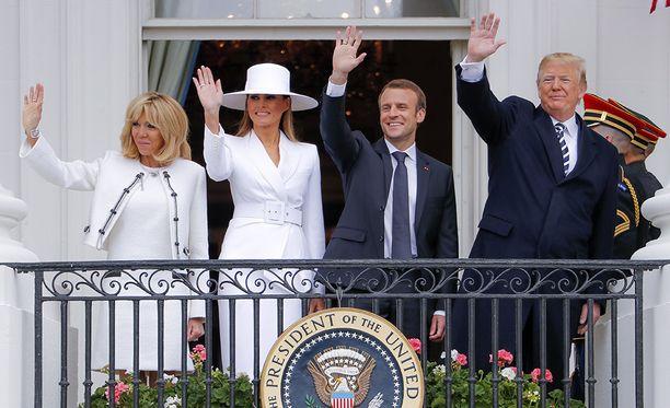 Presidentit puolisoineen Valkoisen talon parvekkeella.