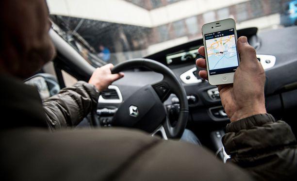 Uberin toiminta perustuu älypuhelinsovellukseen, jonka avulla asiakas voi valita itselleen kyydin tarjolla olevista kuljettajista.