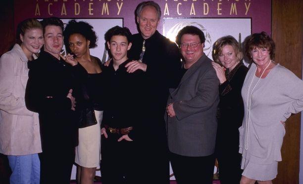 Elmarie Wendel poseeraa Kolmas kivi auringosta -sarjan muiden näyttelijöiden kera. Hän on kuvassa reunimmainen oikealta.