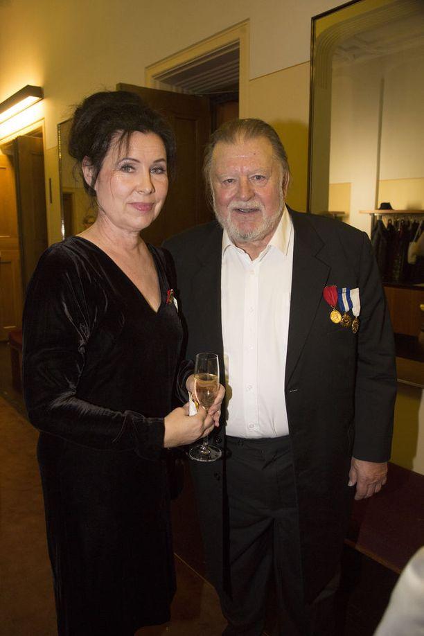 Näyttelijät Aino Seppo ja Esko Salminen kiiruhtivat kollegansa näytökseen. Aino Seppo saapui itse lähes suoraan näyttämöltä Helsingin Kaupunginteatterista. Loistava kollega, pari ehti luonnehtia illan juhlittua näyttelijää.