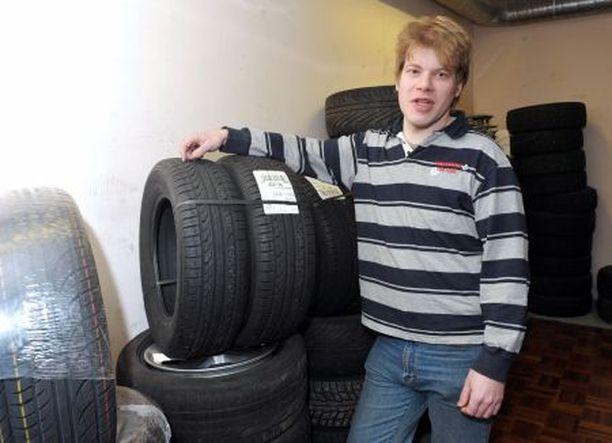 VAROVAISUUTTA Renkaita Saksasta maahantuovan Jyrki Kuhnin mukaan ostajan kannattaa varmistaa huolellisesti, että ulkomailta tilattu rengas sopii omaan autoon.