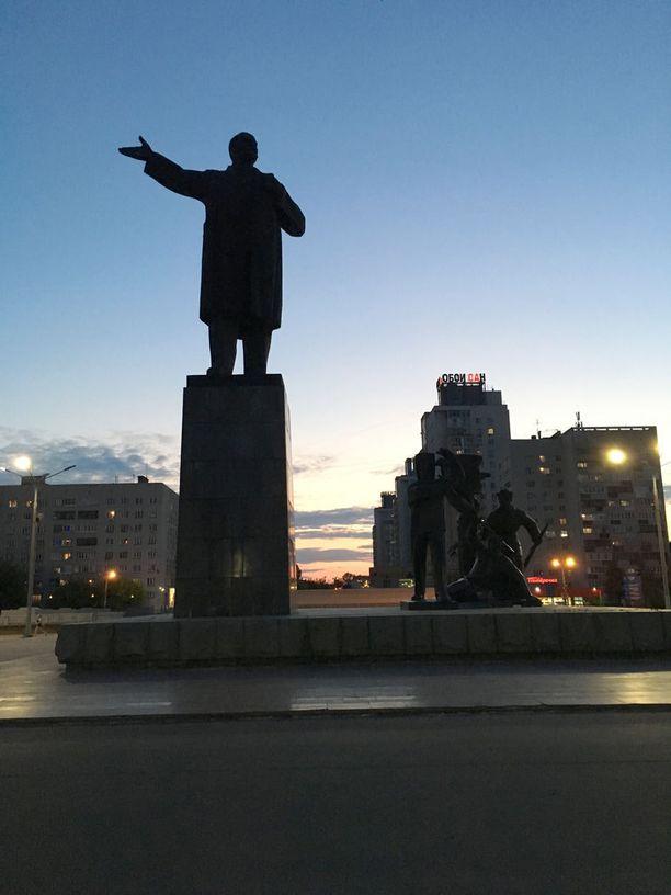 Vladimir Lenin seuraa katseellaan, kuinka Oka-joki yhtyy Nizhni Novgorodissa Volgaan.