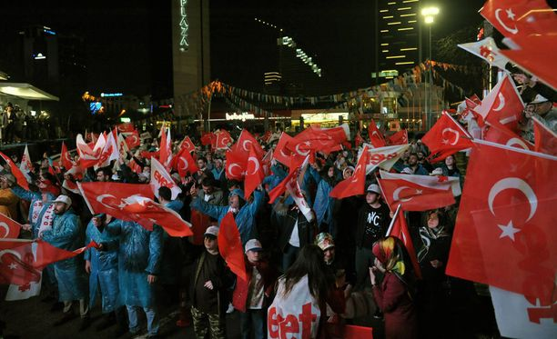 Turkin presidentin Recep Tayyip Erdoganin kannattajat juhlivat kansanäänestyksen tulosta. Maan keskusvaalilautakunta on vahvistanut äänestystuloksen.