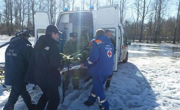 Venäläismedia kertoo, että turistibussin 56-vuotias kuljettaja saatetaan pidättää, koska hänen epäillään toimineen väärin liukkaalla tiellä.
