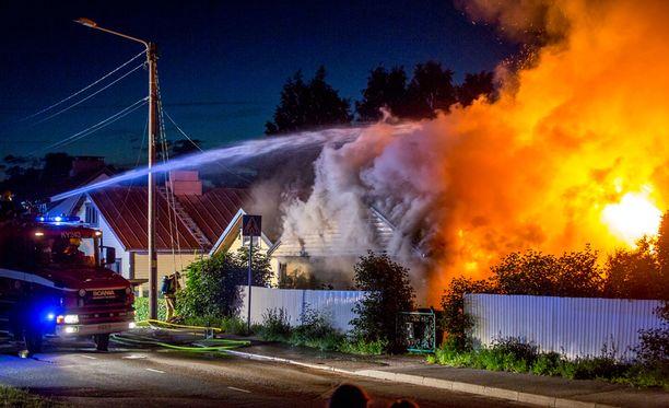 Tuli tuhosi tiiliverhoillun, osin puurakenteisen omakotitalon liki täysin.